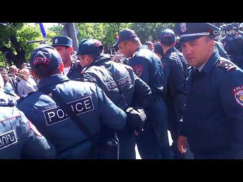 Ոստիկանները քաղաքացիներին պառկեցրին Բաղրամյան պողոտայում - DomaVideo.Ru