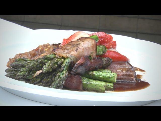 Braten von der Stückener Maibockkeule, Erdbeer- Rotweinjus, Rhabarber- Chutney, gebratener grüner Spargel im Schinkenmantel
