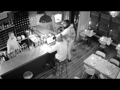العرب اليوم - شاهد: الشاحن يفسد مخطط لص داخل أحد المطاعم