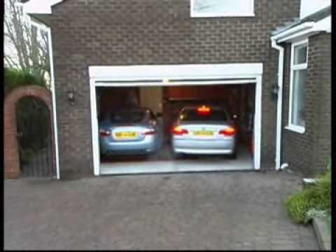 Sembra Impossibile Far Entrare Due Auto In Questo Garage, Ma Qualcuno Ha Inventato La Soluzione Perfetta