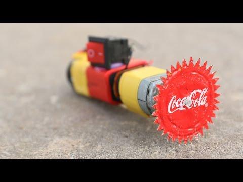 他用錘子把鐵製的可樂瓶蓋敲扁時大家超好奇他要幹嘛,幾分鐘後他竟做出一個酷斃的「武器」!