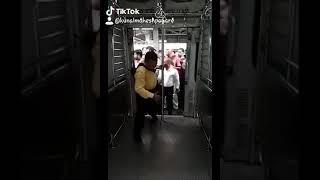 مشهد لقطار في الهند و ازدحام الركاب بالحركة البطيئة