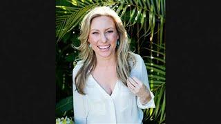 Családja és vőlegénye értetlenül állnak annak az ausztrál nőnek a halála előtt, akit szombaton éjjel rendőrök lőttek agyon Minneapolisban. A 40 éves Justine Damond (eredeti nevén Justine Ruzsczyk) meditációs trénerként dolgozott az Egyesült Államokban. - Justine maga hívta ki a rendőrséget, mert szexuális erőszakra utaló zajt hallott a közelből. Sajnos, sem a családja, sem én nem kaptam semmilyen további információt a hatóságoktól arra vonatkozóan, hogy mi történt a rendőrök kiérkezése után.…BŐVEBBEN: http://hu.euronews.com/2017/07/18/rendorok-oltek-meg-egy-ausztral-noteuronews: Európa legnézettebb hírcsatornájaIratkozzon fel! http://www.youtube.com/subscription_center?add_user=euronewsHungarianAz Euronews elérhető 13 nyelven: https://www.youtube.com/user/euronewsnetwork/channelsMagyar: Website: http://hu.euronews.com/Facebook: https://www.facebook.com/euronewsTwitter: http://twitter.com/euronewshu