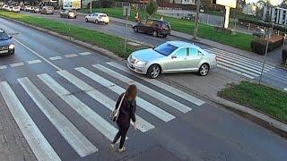 Kierowca zawraca na przejściu i prawie przejeżdża policjanta!