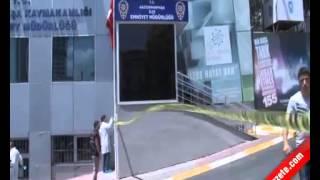 Gaziosmanpaşa İlçe Emniyet Müdürlüğü önündeki Türk Bayrağı'nı indirmeye çalışan bir kişi, polis tarafından bacağından vurularak etkisiz hale getirildi. Hastaneye kaldırılan şahıs, tedavi altına alındı. Edinilen bilgilere göre olay öğle saatlerinde Küçükköy'de yaşandı. Ali Ocgun isimli şahıs, önce Küçükköy Özel Asya Hastanesi'ne gelerek burada asılı Türk bayrağını indirdi. Ardından Gaziosmanpaşa İlçe Emniyet Müdürlüğü'ne gelen zanlı, bu kez de buradaki burada asılı bayrakları hedef aldı. Asılı bayraklardan ilkini indiren zanlı, ikincisini indirmek isterken polis tarafından engellendi. Polisi bıçak çekerek tehdit eden zanlı, ikinci bayrağı indirmek için direğe tırmanmaya çalışırken bacağından vurularak etkisiz hale getirildi. Zanlı Ali Ocgun, ambulansla Haseki Eğitim ve Araştırma Hastanesi'ne kaldırılarak tedavi altına alındı. . .