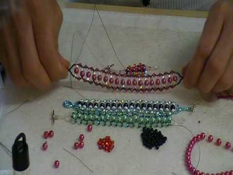 pulsera con perlas y cuentas