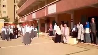 فتيات مدرسة بنها الثانوية يحيين العلم