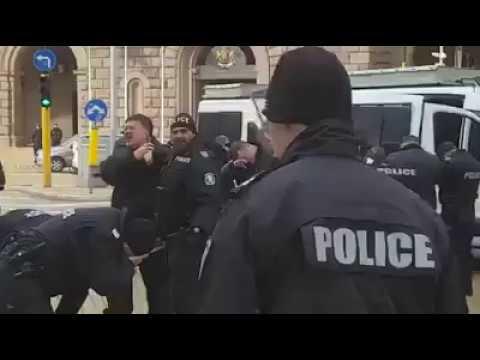 Полицаи се самонапръскаха с лютив спрей в центъра на София