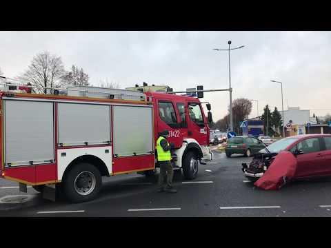 Wideo1: Wypadek na skrzyżowaniu Al. Jana Pawła II z Grunwaldzką w Lesznie