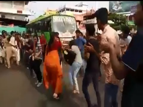 Lady slaps girl after Flashmob in Payyannur