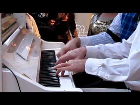 這兩位鋼琴手在彈著鋼琴時突然被陌生人多手亂入,演出頓時變成無法預知的5手聯彈!
