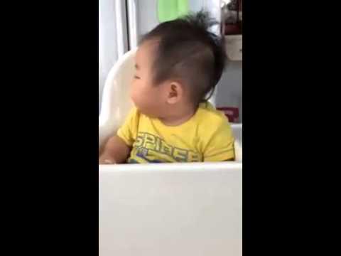 Kisbaba egyszerre eszik és alszik