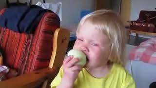 Matka roku daje dziecku cebulę zamiast jabłka… reakcja powala !