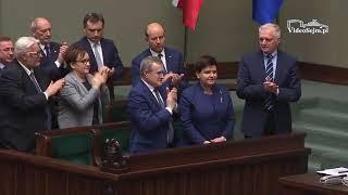 Morawiecki czyta podziękowania dla Szydło.