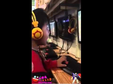 Nhân dịp 1-6 cậu bé được bố mẹ cho ra hàng net chơi game thoải mái :v