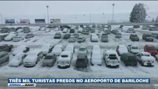 Cerca de 3 mil passageiros, entre eles muitos brasileiros, estão presos desde o fim de semana no Aeroporto de Bariloche,...