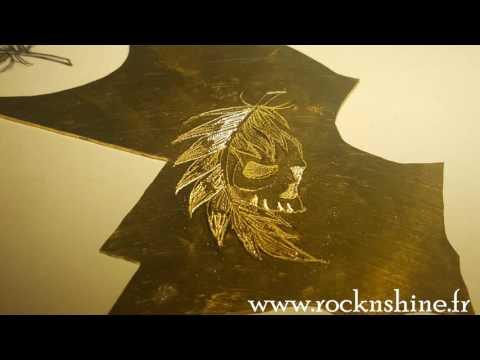 video creation pendentif skull plume gravure sur plaque de métal en laiton (видео)