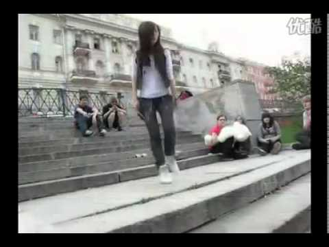 這女生好會跳滑來滑去的雙人鬼舞!看得我都想學了!