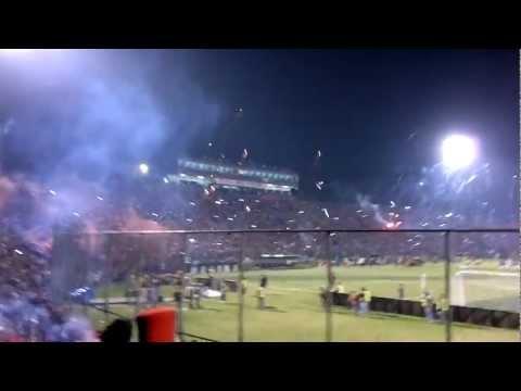 Hinchada de Cerro Porteño recibiendo a su equipo. Copa Libertadores de America 2011. Semifinales, v - La Plaza y Comando - Cerro Porteño