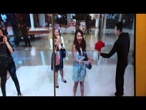 Mall-goers Get Wedding Proposals From Augmented Reality Groom