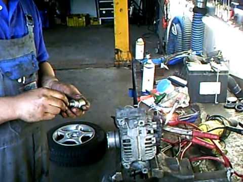 Ausgebaute Lichtmaschine im Schraubstock prüfen
