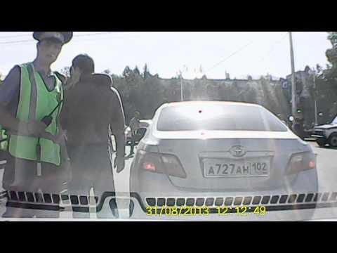 На глазах полиции и гаишников они просто набили друг другу морды! Дорожная разборка водителя и пешехода! ВИДЕО