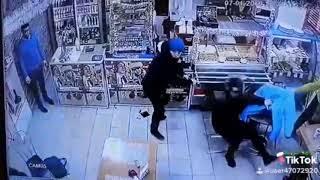 Były żołnierz vs czterech cwaniaków w sklepie. Szybko ich poskładał