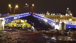 Si aprono i ponti sul fiume Neva a San Pietroburgo ore 01.15