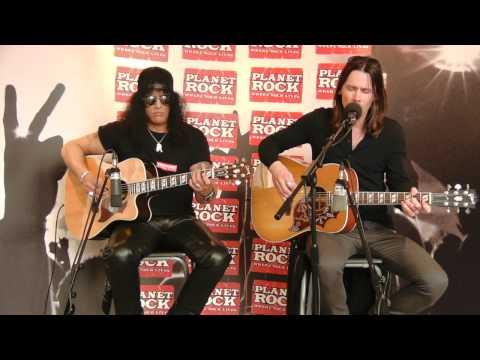 Slash y Myles Kennedy tocaron un par de temas en acústico en los estudios de la Planet Ro...