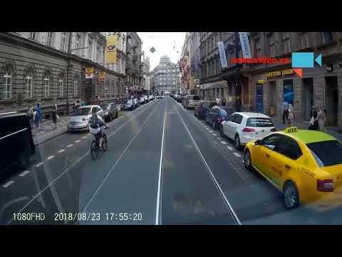 Cyklista v ulicích Prahy.