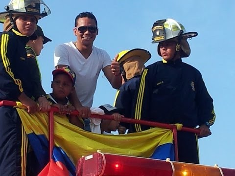 Puerto Colombia - El delantero de la selección Colombia Carlos Bacca fue recibido por cientos de sus paisanos en Puerto Colombia con carro de bomberos en una multitudinaria ca...