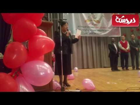 لحظة تكريم سميرة عبدالعزيز ودعاء عامر في الثقافي الروسي