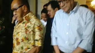 Ketua Umum Partai Golkar Setya Novanto dan Pengurus DPP Golkar memberikan pernyataan bersama Ketua Dewan Pembina Golkar Aburizal Bakrie, di kediaman Aburizal Bakrie, di kawasan Menteng, Jakarta Pusat, Selasa (18/7/2017) malam. Sebelum memberi pernyataan, mereka melakukan pertemuan tertutup membahas mengenai beberapa hal, salah satunya soal rapat pleno Partai Golkar. Rapat Pleno Partai Golkar yang digelar sebelumnya di DPP Partai Golkar di Slipi, Jakarta Barat membahas salah satunya soal penetapan status tersangka Novanto oleh KPK, pada KTP elektronik. (KOMPAS.COM/ROBERTUS BELARMINUS)