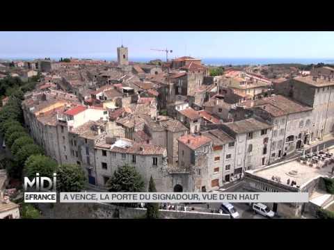 En 2014, dans son émission Midi en France, France 3 installe son plateau à Vence.  Vue plongeante sur l'une des portes de l'enceinte de la ville : la porte du Signadour, ou du guetteur en provençal...