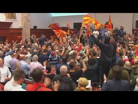 Έκρυθμη η κατάσταση στα Σκόπια-Διαδηλωτές ξυλοκόπησαν βουλευτές στο κοινοβούλιο