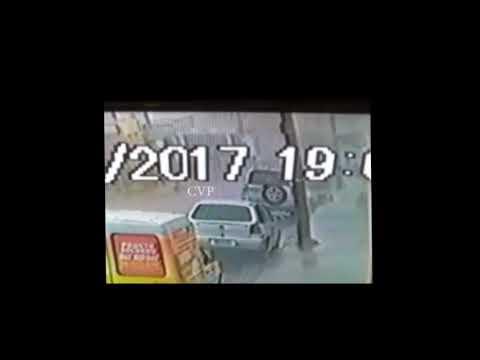 Câmeras de segurança flagra ladrão furtando carro