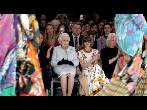 Zum 1. Mal: Queen besucht Show der London Fashion W ...