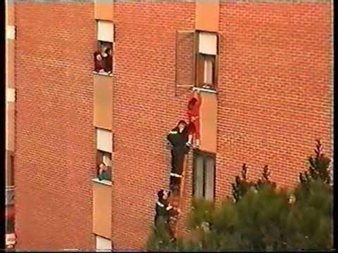 spettacolare salvataggio in diretta di una bimba appesa al terzo piano