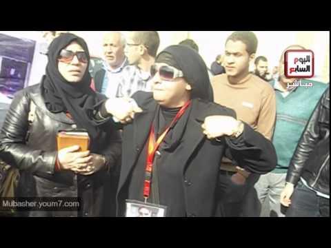 أهالي الشهداء يحتفلون بالحكم أمام أكاديمية الشرطة