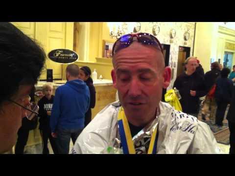 Il maratoneta Neil Gottlieb assistito al traguardo dopo l'esplosione