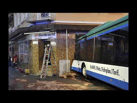 Schulbus rast in Geschäft bei Heidelberg: Mindestens  ...