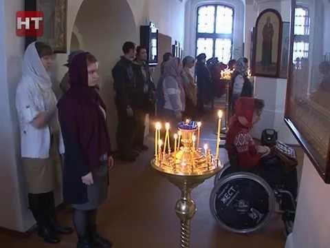 Сегодня в церкви Успения Пресвятой Богородицы в Колмово впервые прошла служба для людей с инвалидностью