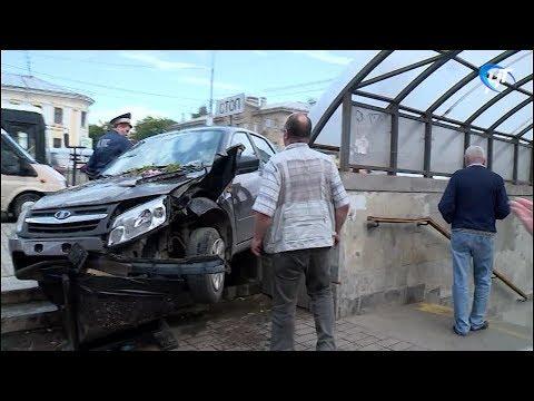 Пьяный водитель не справился с управлением и вылетел на пешеходную зону