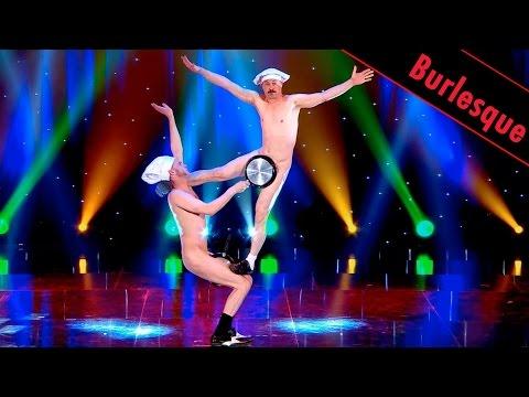 兩名一絲不掛的男子用4個鍋子跳舞,最後謝幕把鍋子都丟掉時觀眾全起立鼓掌!