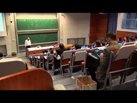 Smieklīgi: students ierodas uz lekciju ar rakstāmmašīnu