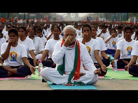 Ινδία: 40.000 Ινδοί γιορτάζουν την πρώτη Παγκόσμια Ημέρα Γιόγκα