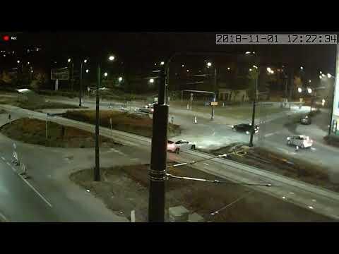 Kierowca BMW zawisł na torowisku tramwajowym. Mocna kara za jazdę na skróty