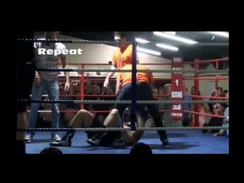 Boxeador fuera de control reducido por árbitro