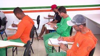 Construtora cria sala de aula em canteiro de obras e operários voltam aos estudos