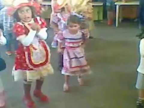 Criança de 3 anos dançando na festa junina de franco da rocha